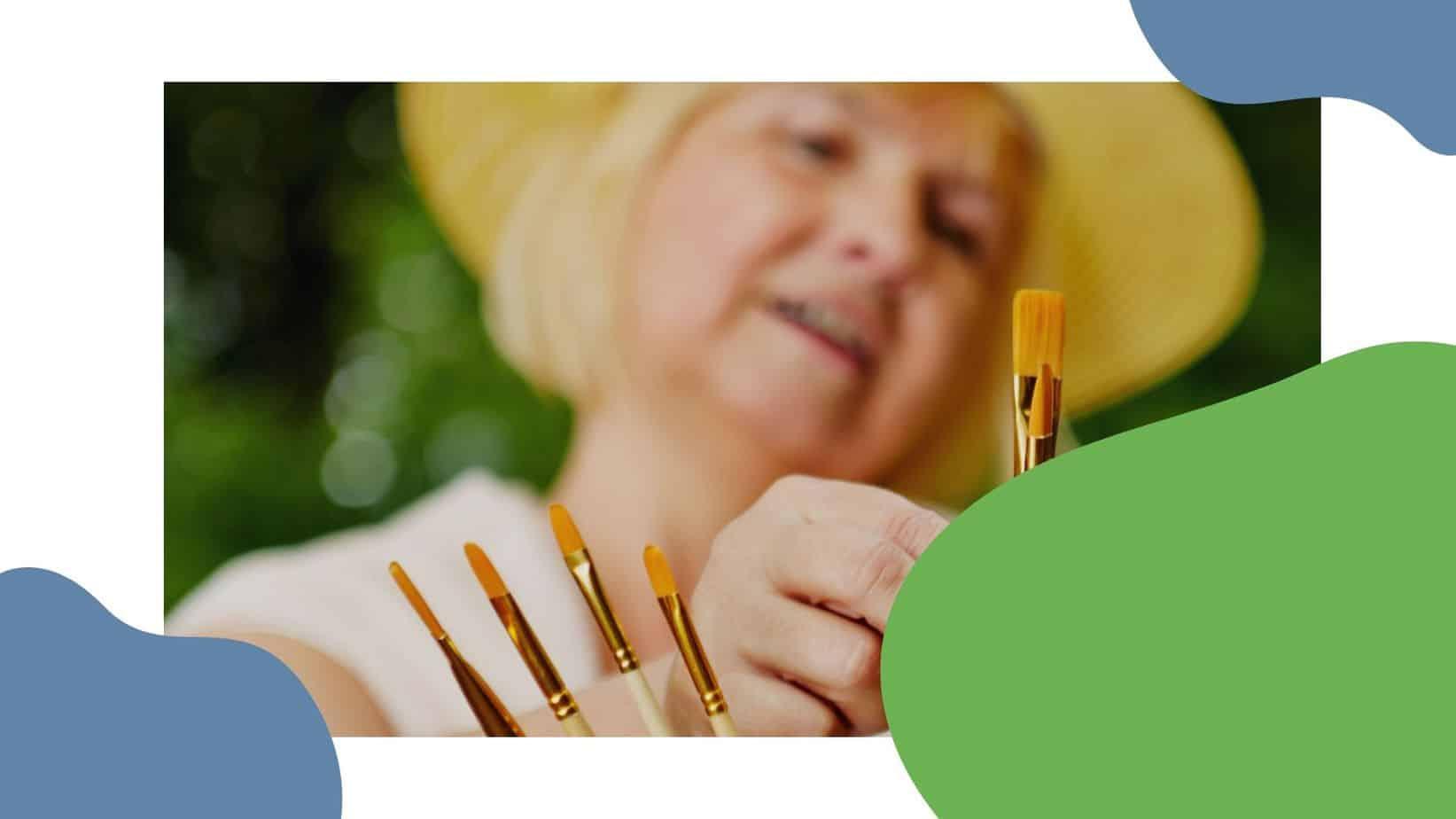 Nainen maalaa pensselillä